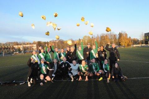 OPPRYKKSJUBEL: Gullhattene føyk i været da GIFs damelag i fotball feiret opprykk til 2. divisjon på Veitvet søndag.