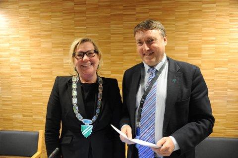 LENGST SITTENDE: Ordfører Hilde Thorkildsen og varaordfører Inge Solli kunne ikke annet enn å si seg strålende fornøyde med å bli enstemmig gjenvalgt i mandagens kommunestyre.