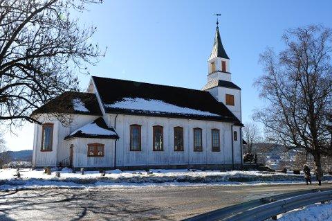 NATTLIG BESØK: I løpet av helgen, og i nattens mørkeste timer, ble det rapportert om to personer som skal ha løpt nakne rundt ved Nittedal kirke. Politiet rykket ut, men kom ikke i kontakt med personene.