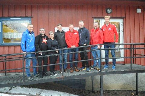 GOD MATCH: Norsk Kabel-TV (Nokab) er en vel ansett bidragsyter til bygdas lag og foreninger. Fra venstre HIL-leder Per Ole Thorsen, Jørn Scholz fra Nittedal Bygderock, GIF-leder Tone Holme, Pål Gordon Nielsen (teknisk sjef i Nokab), Bjørn Grov fra Nittedal Røde Kors, Per Runar Furuseth (daglig leder i Nokab), NIL-leder Sverre Torjuul og Jørgen Klem (daglig leder i NIL).