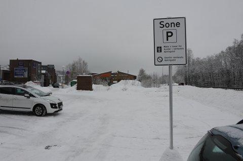 Dette er en av Mosenterets nye midlertidige parkeringsplasser som er ryddet klar til helgehandelen.