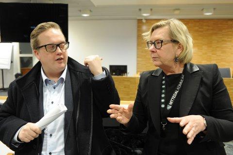 "I tottene på hverandre - igjen: Nittedals-ordfører Hilde Thorkildsen (Ap) og Frps gruppeleder Helge Fossum diskuterer ofte ""så busta fyker"" i kommunestyret."