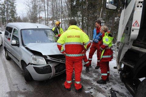 KOLLIDERTE: På personbilen ble det store materielle skader. Bildet er tatt ved 09.20-tiden.