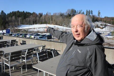 Arkitekt Reidar Eckhoff foreslår: dropp sløyfa, bygg i skråningen sør for Svartkruttveien.