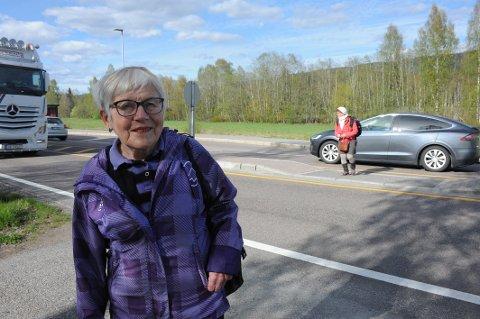 LIVSFARLIG: Det er forbundet med livet som innsats å krysse riksvei 4 utenfor Nittedal rådhus, sier Maren Brit Baadshaug. Noe må gjøres, sier Marit Røyne som ble stående fast mellom to kjørefelt da hun kom med bussen sørfra til intervjuavtale med Varingen.