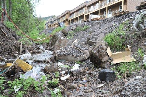 SØPPELIELVA:Inngangsporten til Grindbråtan Park preges av byggeavfall på feil sted.