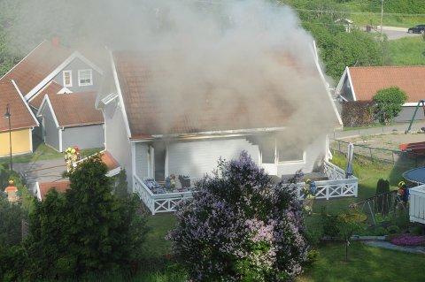 KRAFTIG RØYK: Det brant kraftig i eneboligen i Smedstustubben lørdag ettermiddag.