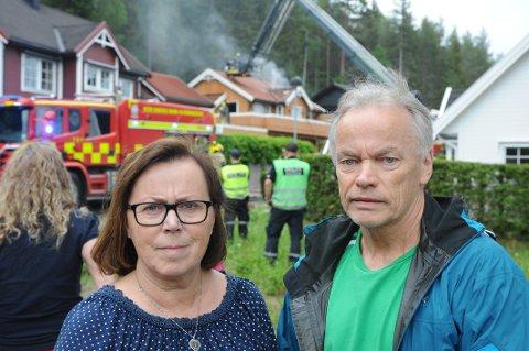 NABOER:Lise Rogne Halvorsen og Bjørn Halvorsen utenfor brannstedet.
