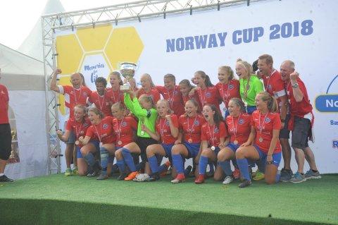 PLUKKET POKAL: NIL sine 16-årsjenter fikk sølv i fjor under Norway Cup, i år har de blitt ett år bedre og har nok planer om å gå hele veien.