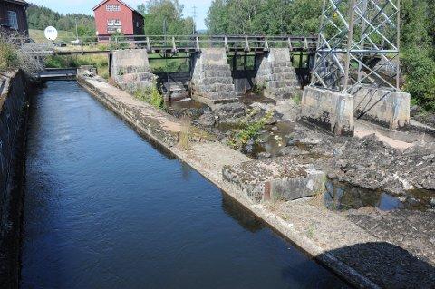 Påvirker driften av de tre minikraftverkene i Nittedal livet i elva. Det skal forskerne nå finne ut av. På bildet ser vi vanninntaket til Rotnes kraftstasjon.