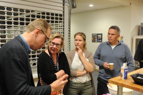 KJØKKENPRART: Allerede valgnatta var forhandlingene i gang mellom Kristoffer Øksne (SP), ordfører Hilde Thorkildsen (Sp), Ida Eliseussen og Johnny Berg.
