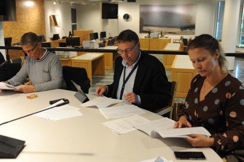 I valgstyrets møte  tirsdag kveld ble spenningen utløst: Varaordfører Inge Solli (i midten) er sikret fire nye år som medlem av Nittedal kommunestyre.
