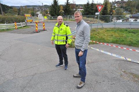 STRENGSIKKERHET:Kommunikasjonssjef Kristian Westgård (t.v.) og enhetsleder Gunnar Prøis utenfor evakueringssona på Li.