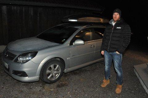 DELINGSØKONOMI:Johan Laake i Alf Prøysens vei med bilen han leier ut når han ikke trenger den selv.