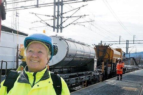 ER SIKKER: Kommunikasjonsleder Britt-Johanne Wang i Bane Nor sier sikkerheten for veien under jernbanen ved Hakadal Stasjon er ivaretatt. At undergangen ikke ble utvidet i forbindelse med installasjon av ny brubane skal ha vært fordi Nittedal trakk seg fra samtalene.