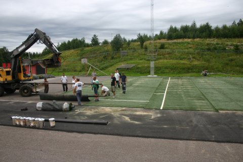 BYTTES UT: Kunstgresset på banen ved Ulverud skole skal byttes ut. Det nåværende gresset er arvegods fra LSK-hallen og ble lagt i 2010. Det nye gresset er planlagt ferdig lagt til skolestart 2020.