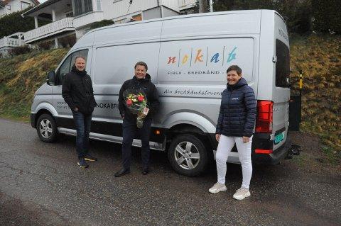MILEPÆL: Per Runar Furuseth og Hege G. Bjørntvedt gratulerer Kjetil Løvstad (i midten) som kunde nr 7.000 hos Norsk Kabel-TV.