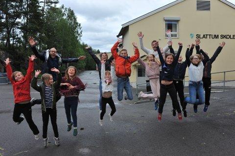 JUBLER FOR HALL: Foreldre og elever ved Slattum skole jubler over at Slattumhallen endelig skal ut på anbud.
