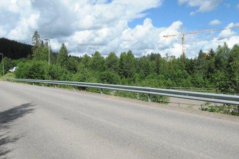 GANG- OG SYKKELVEI: Rett her ved ridebanen til hestesenteret og mot krana på Kvernstujordet i bakgrunnen planlegger kommunen en ny gang- og sykkelvei. Men flere frykter at mye av sykkeltrafikken ned mot Mo fortsatt vil foregå her i Svartkruttveien.