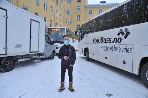 SYKEHUSSCENER: Castkoordinator Dag Rye utenfor sminkebussen på Glittreklinikken.
