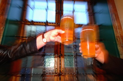TØRKER INN: Utelivet ligger brakk, øl må helles ut og leverandørene sliter. Nå varsler bryggerikjempen Ringnes at ansatte kan bli permittert i tiden framover.