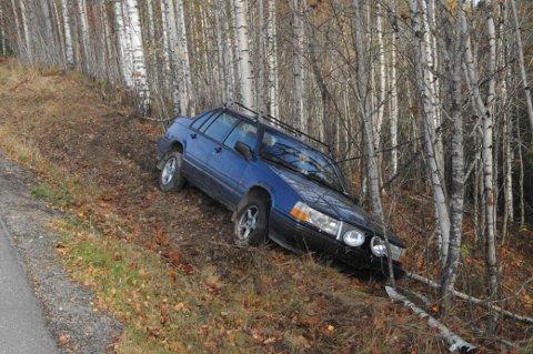 STOPP: Her endte ferden for Volvoen natt til lørdag. Et hakadalspar hjalp ungdommene som hadde kjørt ut med å komme seg hjem.