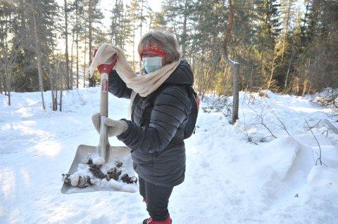 ØDELEGGERTURGLEDEN:Inger Qvale med et assortert utvalg hundebæsjer fra turstien ved Linfåningen på Tumyrhaugen.
