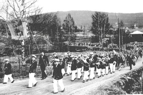 LANG RUNDTUR: 17. mai-toget i Hakadal en gang på femtitallet. Her ved Fossen på vei til Døli.