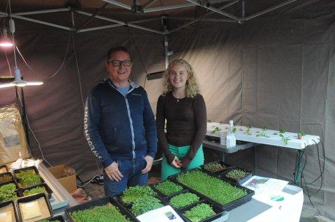 SMÅTT OG GRØNT: Anders Holte hadde med datteren Madeleine da han presenterte Spirerommets store utvalg av små grønne vekster på lørdagens matfestival på Mo.