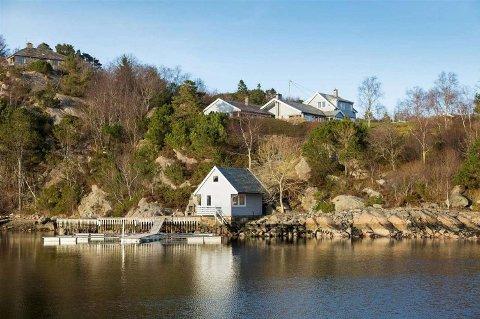 Eiendommen er på hele 22 mål med 1 kilometer strandlinje, molo og egen øy - men er likevel ikke blitt solgt på tre år.