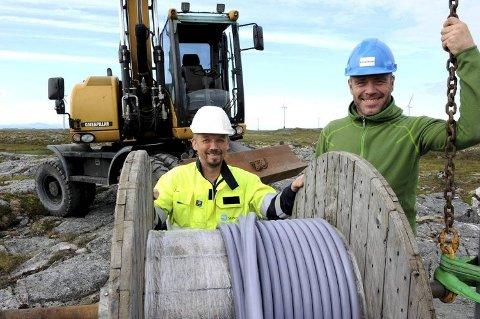 Kraftverksjef Arild Soleim (til venstre) og daglig leder Thomas Bjørdal i vindenergisenteret har fått en ny attraksjon.