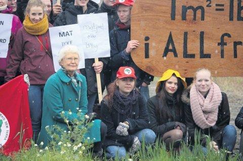 Bente Bakke i Miljøpartiet De Grønne under en markering ved Delijordet.