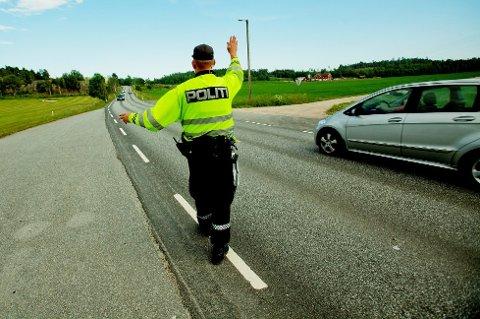 Gjennom kontrollvirksomheten sin tar politiet svært mange som bruker mobiltelefonen mens de kjører bil. Siden 2008 har det blitt nesten 200.000 forelegg for dette.