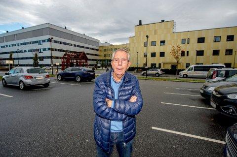 – BLODPRIS: Jan Henrik Breda er opprørt over de høye parkringsavgiftene ved Sykehuset Østfold Kalnes. – Hvorfor må det koste så mye å parkere på et øde jorde, langt unna enhver sivilisasjon? spør han.