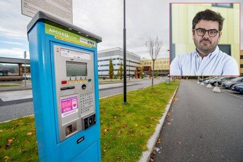 PRIS SOM I SENTRUM: – Vi har valgt å legge oss på nivå med de kommunale parkeringsplassene i nærområdet. For oss er det mer naturlig å ha satser som harmonerer med andre offentlige parkeringsplasser her, enn med parkeringsplasser i Oslo, Lørenskog og Kristiansand, sier kommunikasjonssjef Bjørn Hødal ved Sykehuset Østfold (innfelt).