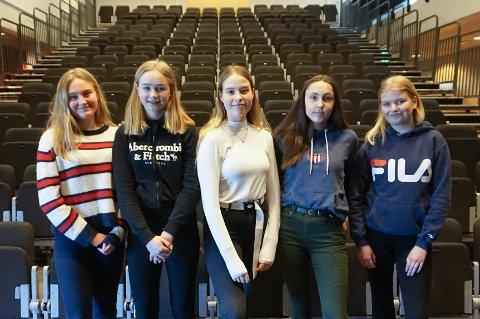 GØY: Fra venstre Pernille Slaatrem-Hammer (14), Lilo Elise Fyrileiv (14), Celine Agnemyr (15), Maila Orderud (15) og Malene Kolderup (15) er blant elevene som har ansvaret for konserten på Grevlingen skole, de synes arbeidet er gøy og lærerikt.