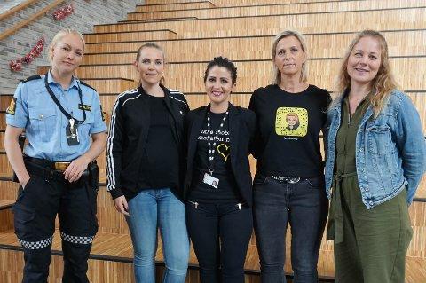 FOREDRAG: Politibetjent Marianne Stokås og Kristin Andreassen Eide, Isabelle Simble, Katrine Skovholt og Marit Lyoe (f.v.) fra Vestby kommune besøkte barneskolene på torsdag.