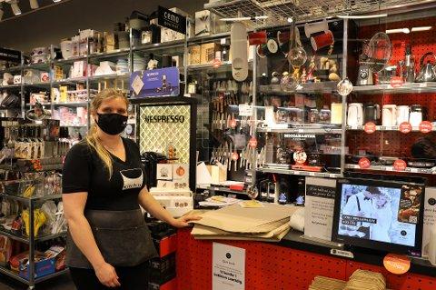 Ine Jauert (29) er butikksjef hos Kitch'n på Vestby storsenter. Hun forteller at mange har tatt turen innom butikken for å bytte julegaver i løpet av dagen.