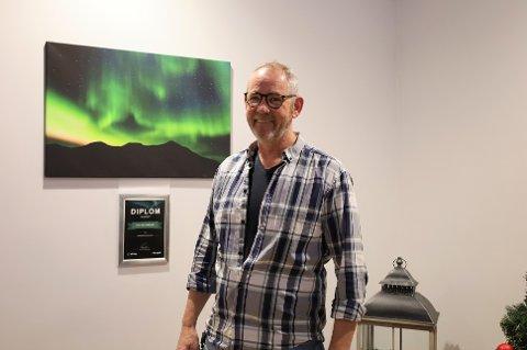 Åge Grønneberg fortsetter som daglig leder i Vestby Elektro-Service under nye eiere, men blir ansatt for første gang på 32 år.