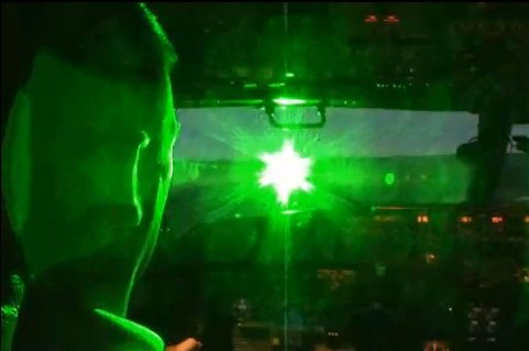 SLIK OPPLEVES DET: Det amerikanske luftfartstilsynet har publisert en video på sine hjemmesider som viser hvordan laserlys kan blende piloter som er på vei inn for landing eller når de letter. FOTO/FAKSIMILE: FEDERAL AVIATION ADMINISTRATION