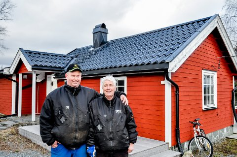 SELGER: Jan Erik Kristiansen og Gunn Østli selger hytta for 3.500 kroner. Kjøperen må selv frakte med seg bygget vekk fra tomta.