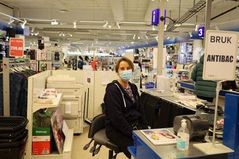 Sølvi Karlsen jobber hos Spar Kjøp på Vestby Storsenter. Hun forteller at den siste uka har vært travel.