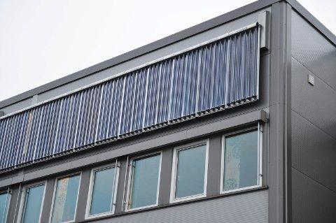 HENTER ENERGI: Brødrene Dahl har montert varmefangere på fasaden på foretningsbygget deres. Firmaet henter også energi fra plusshuset.