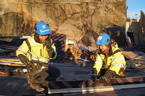 HAR FÅTT LÆREPLASS: Hege Cathrin Esaiassen og Janjira Sutsanguan tar fagbrev som tømrer og betongarbeider og er lærlinger hos Wegger & Kvalsvik.