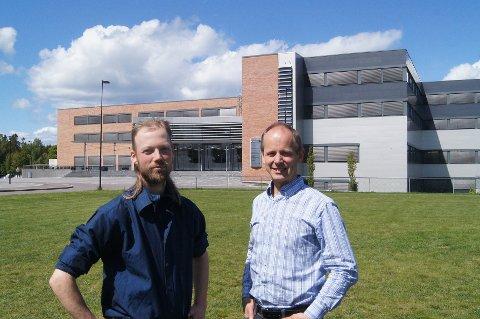 GRØNNE BEDRIFTER: Audun Gulliksen (til venstre) i Nymåne AS og Harald Søfteland i Smart Tek Energi foran Forskningsparken på Bakkenteigen der de holder til. Begge to jobber med grønne løsninger som kan komme til nytte for både miljø og industri.