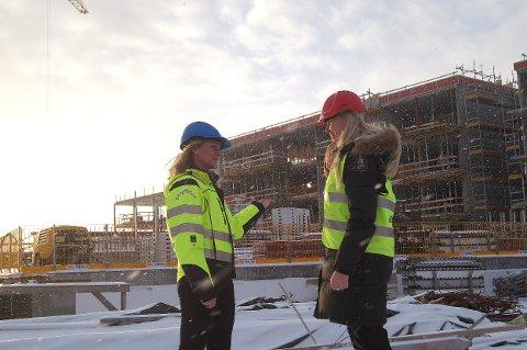 FRAMTIDSTRO: Daglig leder Britt Røed (t.v.) Lohne hos WK Entreprenør AS og regionsdirektør Kristin Saga i NHO Vestfold på byggeplassen til Sanden Brygge i Larvik. Begge har tro på gode tider framover.