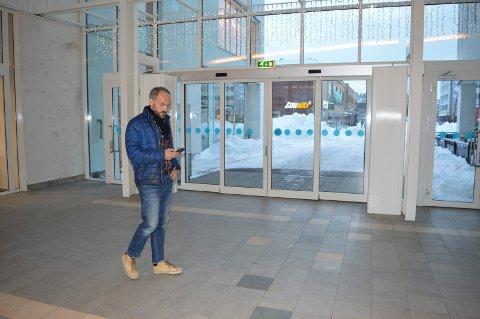 ALARMEN GÅR: Robert Skarsbakk oppholder seg ved én av utgangene i Hvaltorvet kjøpesenter. Her får han varsling om at bygningen må evakueres.