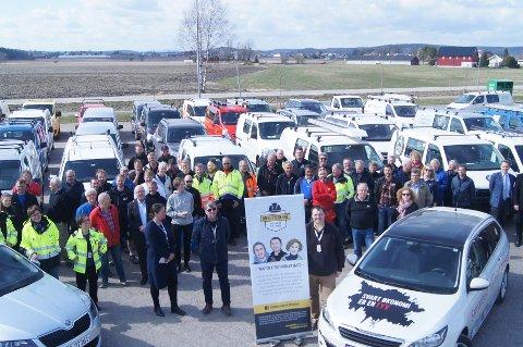 STARTSSKUDD: Rundt 40 håndverkerbiler med logoen til #Medbyggerne samlet seg på Jarlsberg for å markere starten på kampanjen mot svart arbeid i byggebransjen.