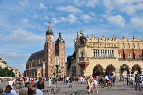 FLOTT TORG: Mariakirken på Krakows hovedtorg, med sine to tårn er byens naturlige sentrum.