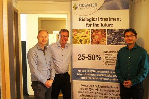 INTERNASJONALT SAMARBEID: EU-koordinator Thomas Slagsvold sammen med administrerende direktør Terje Andersen og teknisk sjef Gang Xin hos Biowater Technology AS. Selskapet kom i kontakt med et av Spanias største operatører for drikke- og avløpsvann gjennom EU-programmet Horisont 2020.
